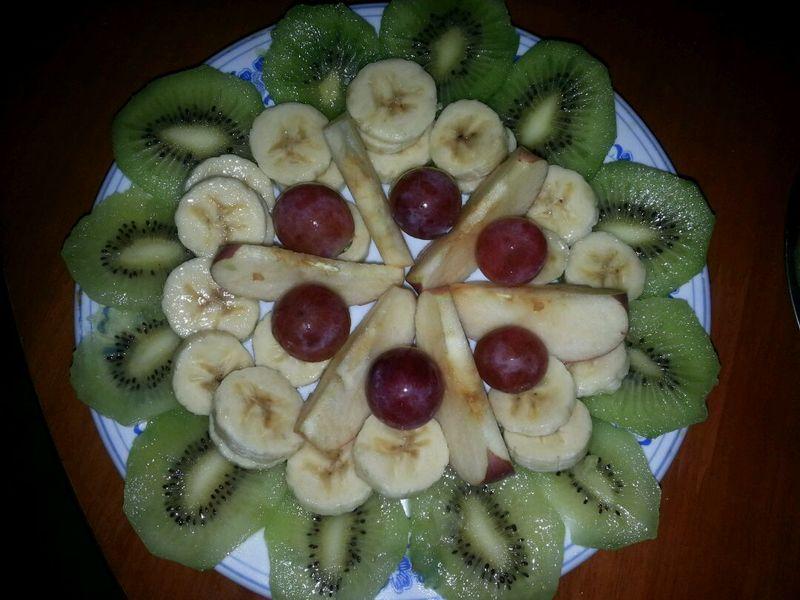 主料 猕猴桃两个 香蕉1个 红提适量 苹果适量 水果拼盘的做法图片