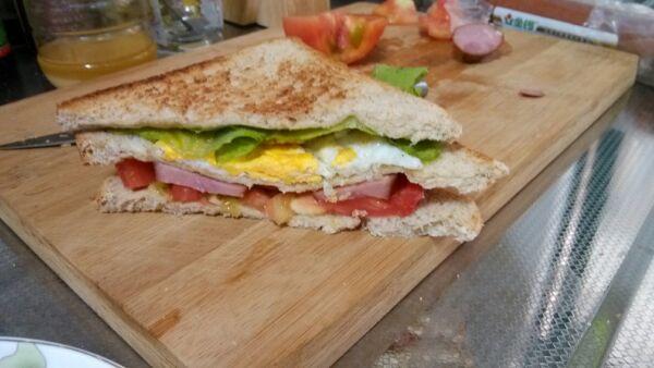 番茄一个 辅料   橄榄油少许 盐少许 三明治的做法步骤 三明治的做法