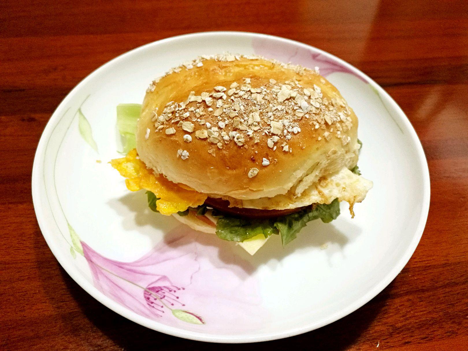 将制作汉堡胚的材料放入厨师机揉,然后再放入黄油揉到出膜,进行发酵