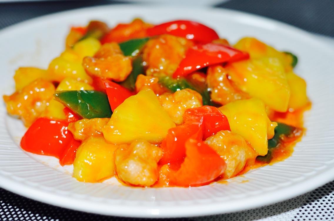 淀粉适量 椒盐适量 胡椒粉适量 油适量 菠萝咕咾肉的做法步骤