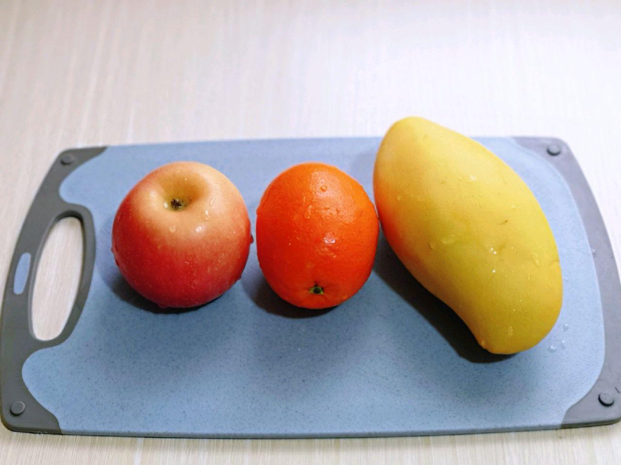 首先将水果清洗干净,水果种类可以根据自己