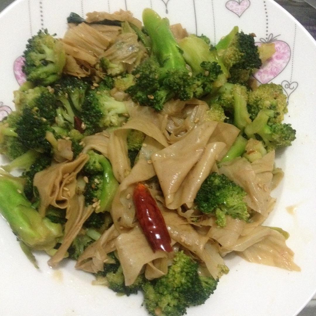 家常素菜--油豆皮炒西兰花的做法图解1