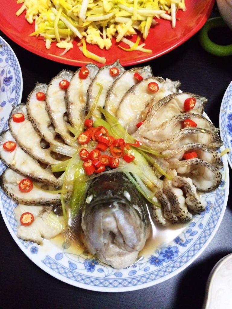 淀粉适量 葱姜 辅料   油适量 糖半勺 料酒半勺 孔雀开屏鱼的做法步骤