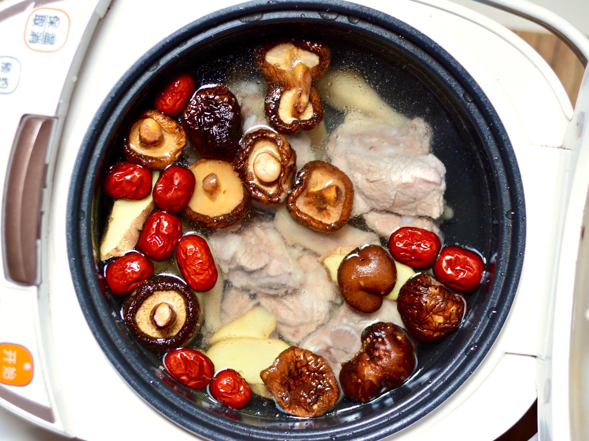 香菇排骨汤的做法图解5