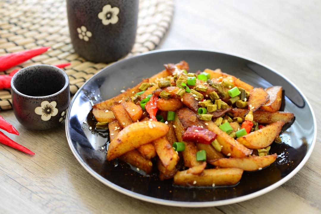 鸡精少许 葱花少许 干辣椒4个 白芝麻(装饰用)少许 川菜-麻辣土豆的