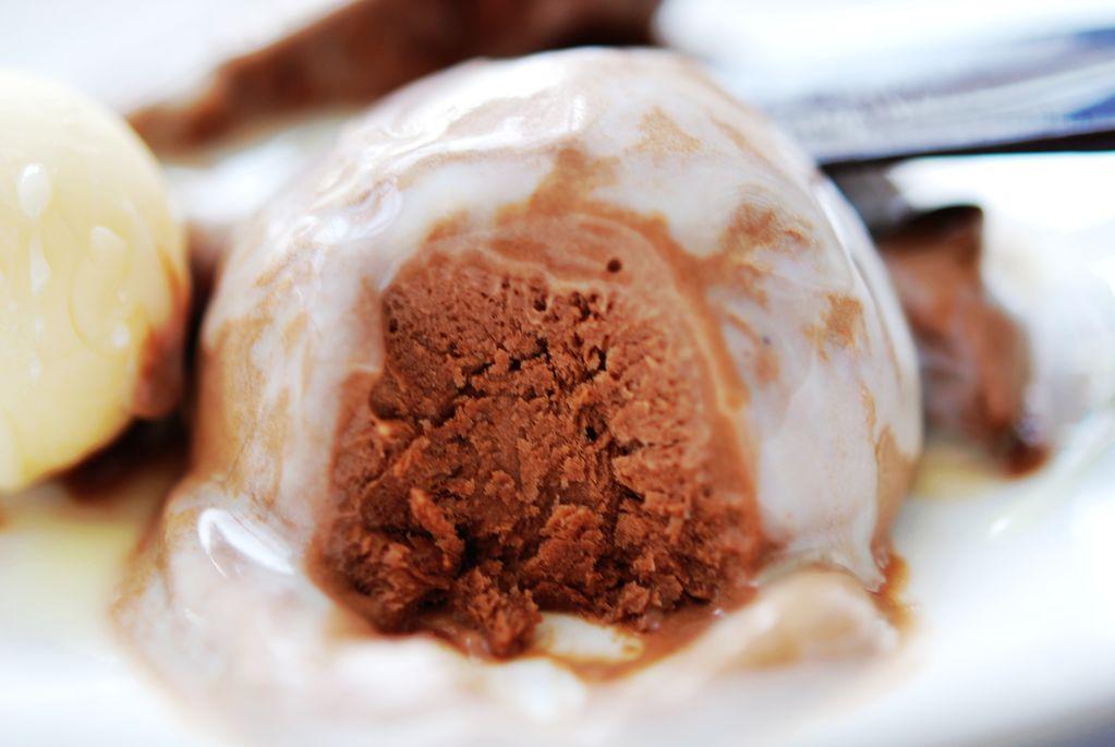 1.冰淇淋的甜度主要靠白砂糖,做冰淇淋浆的时候可以自己尝一尝,糖要适量多加,因为冷冻后的冰淇淋甜度会比常温弱一些,糖放少了不甜,味道会打折扣 2.雀巢淡奶有确实比较难以打发,但是冷藏12小时后,容器下面垫冰块,用打蛋器中速搅打,几分钟就可打发,足够做冰淇淋用 3.蛋黄,砂糖和牛奶混在一起,隔水加热,要持续搅拌,收汁,一方面是为了把蛋黄牛奶加工熟和消毒,另一方面也是为避免温度过高,蛋黄结块,还有就是让蛋奶糊水分少一些,避免成品冰淇淋里边大冰晶影响口感 4.