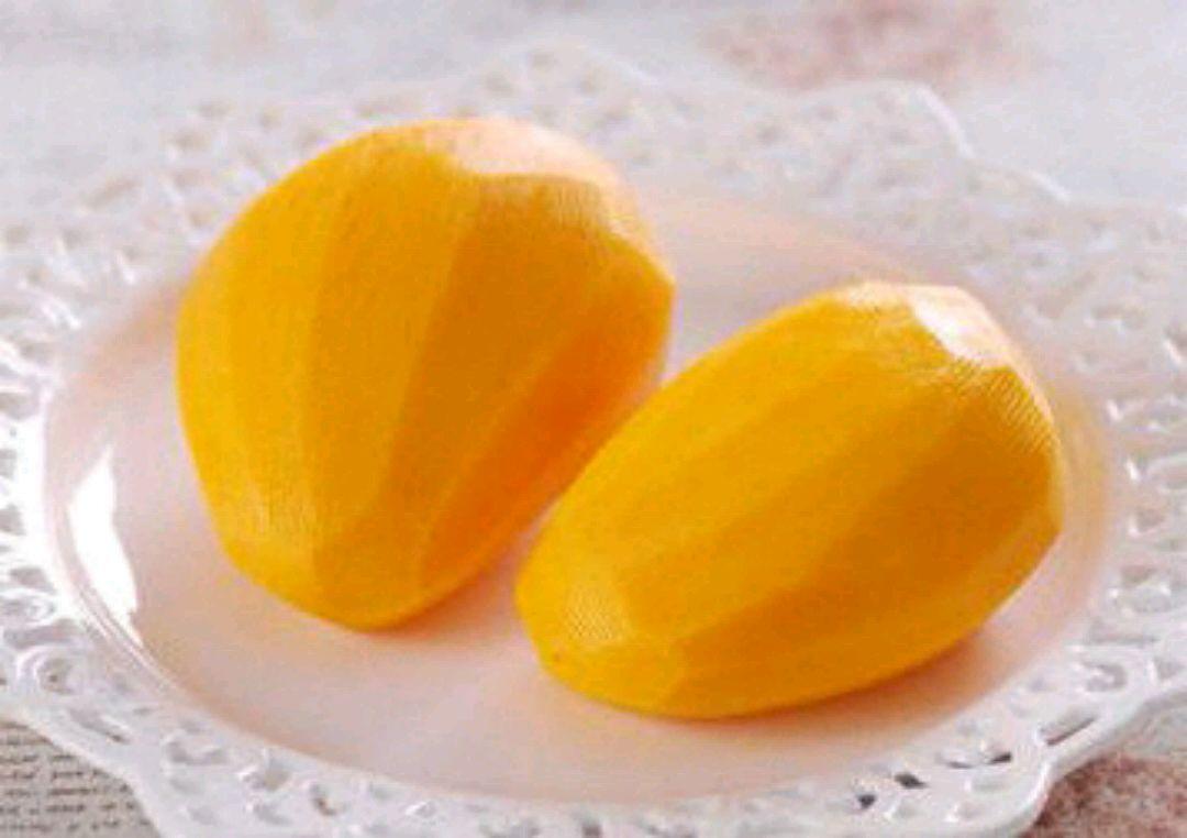 芒果200g打皮去核,切成1厘米的小块.