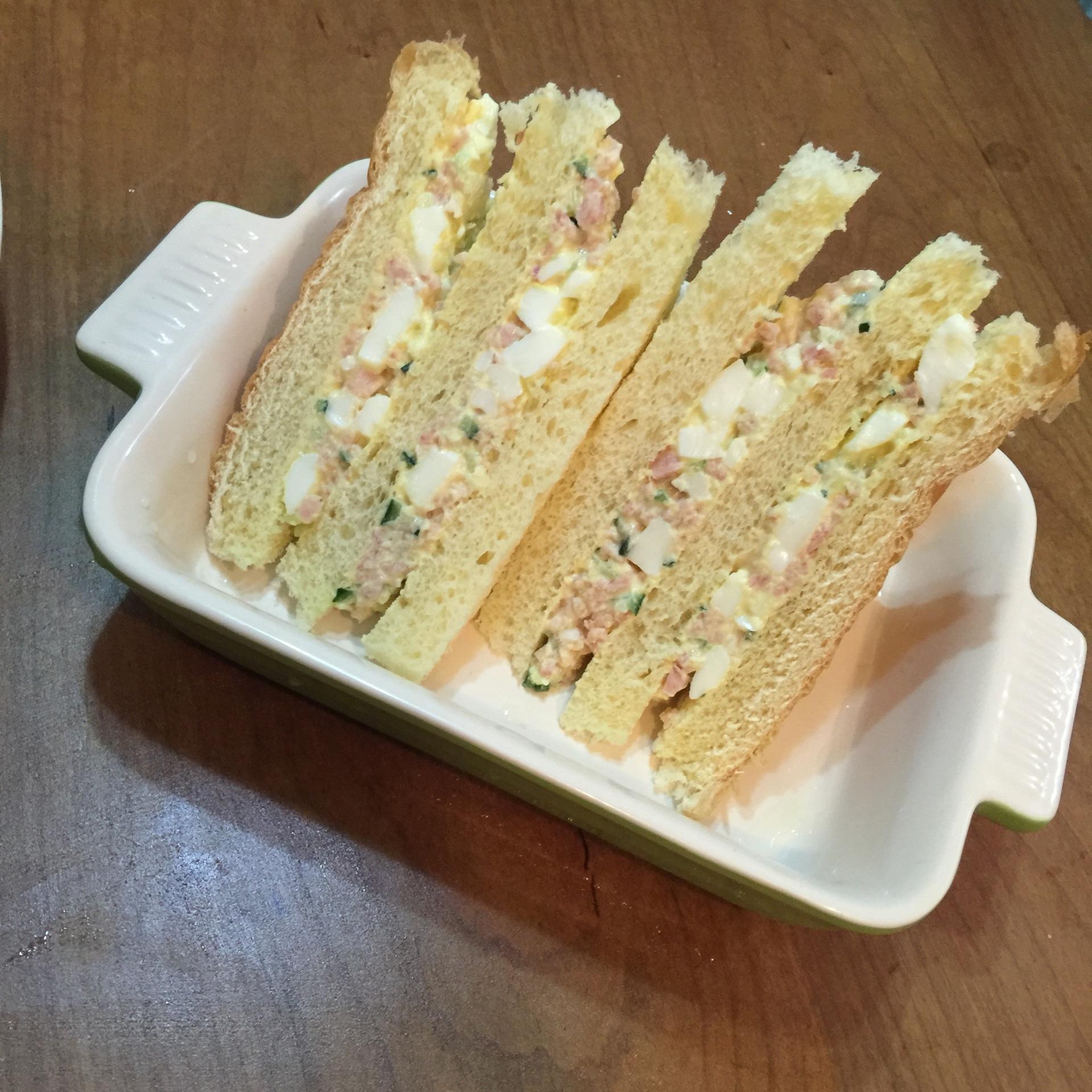 温柔柔三明治的做法步骤 2. 面包去边,把边吃掉 3.
