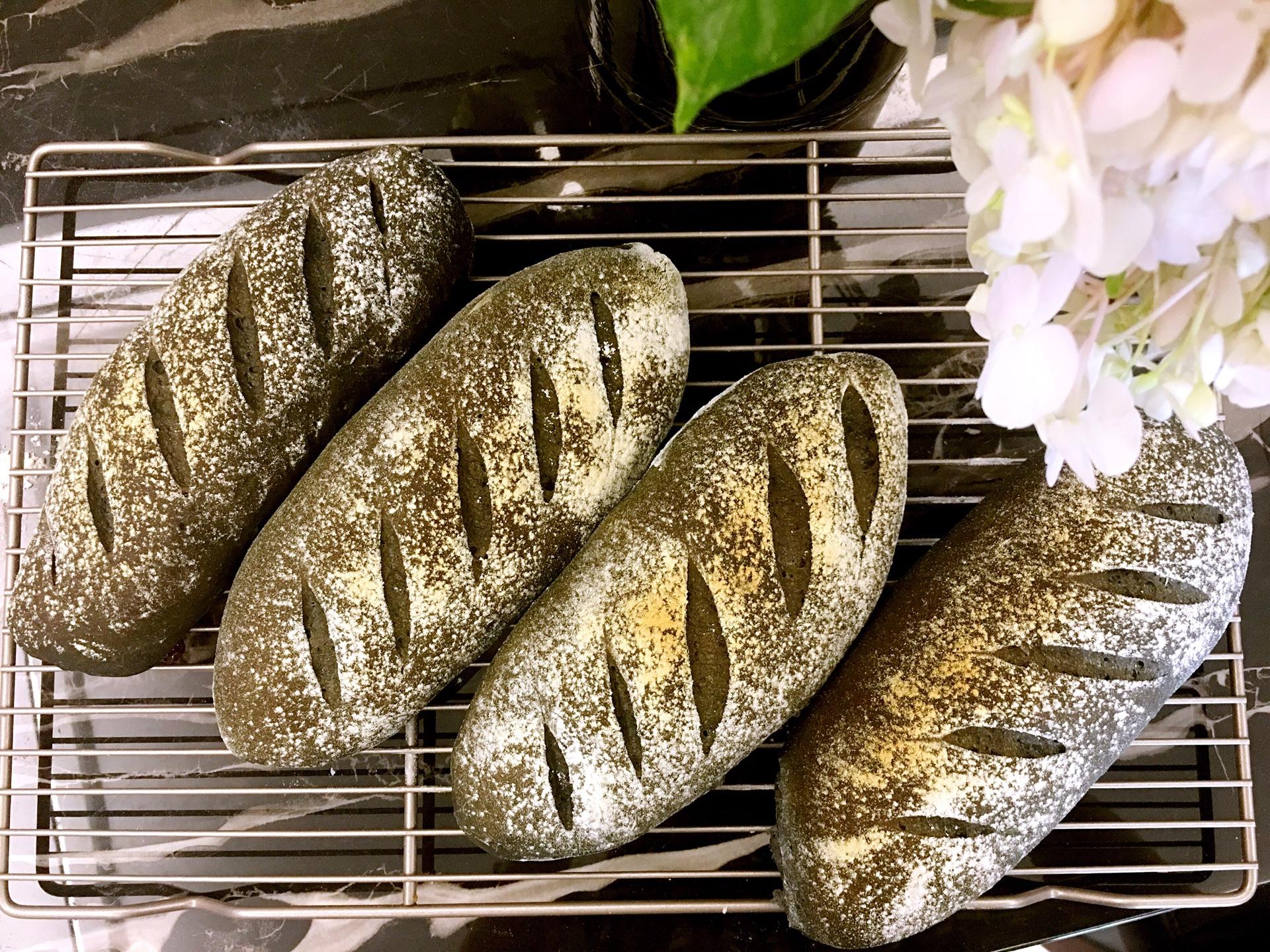 将面包送入烤箱中层,烘烤12-15分钟左右即可.图片