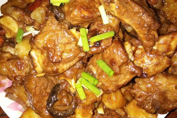30–60分钟       主料 排骨,土豆,香菇,一斤排骨 红烧排骨的做法步骤