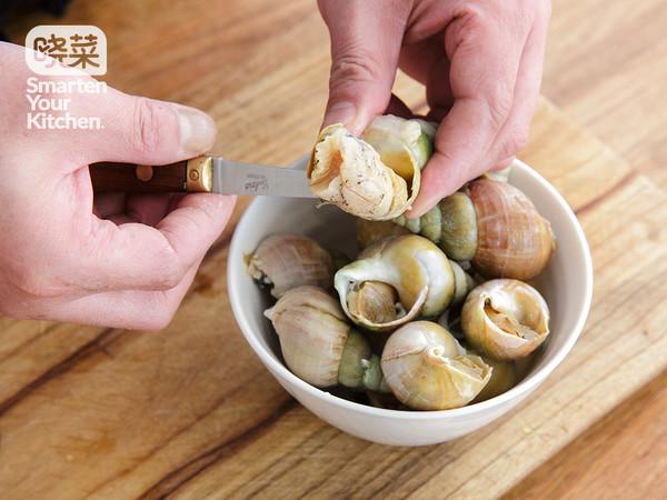 海螺取肉,洗净后,去盖,去内脏.