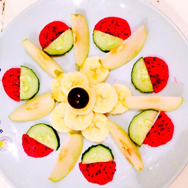 做成水果拼盘大家食欲大增哦     主料 香蕉一根 葡萄一颗 小青梨两个