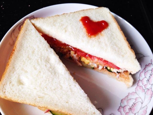 三明治diy的做法步骤 1. 一个荷包蛋,切碎