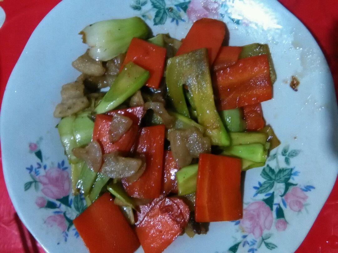 豆果美食 >  菜谱 > 油渣炒菜梗   油渣炒菜梗的做法步骤 红萝卜先下
