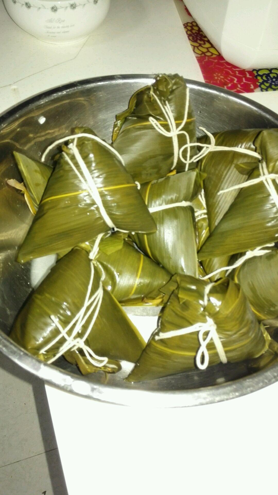 端午粽子的做法步骤 注意,一定要捆紧,千万不要漏米,否则煮熟后的粽子