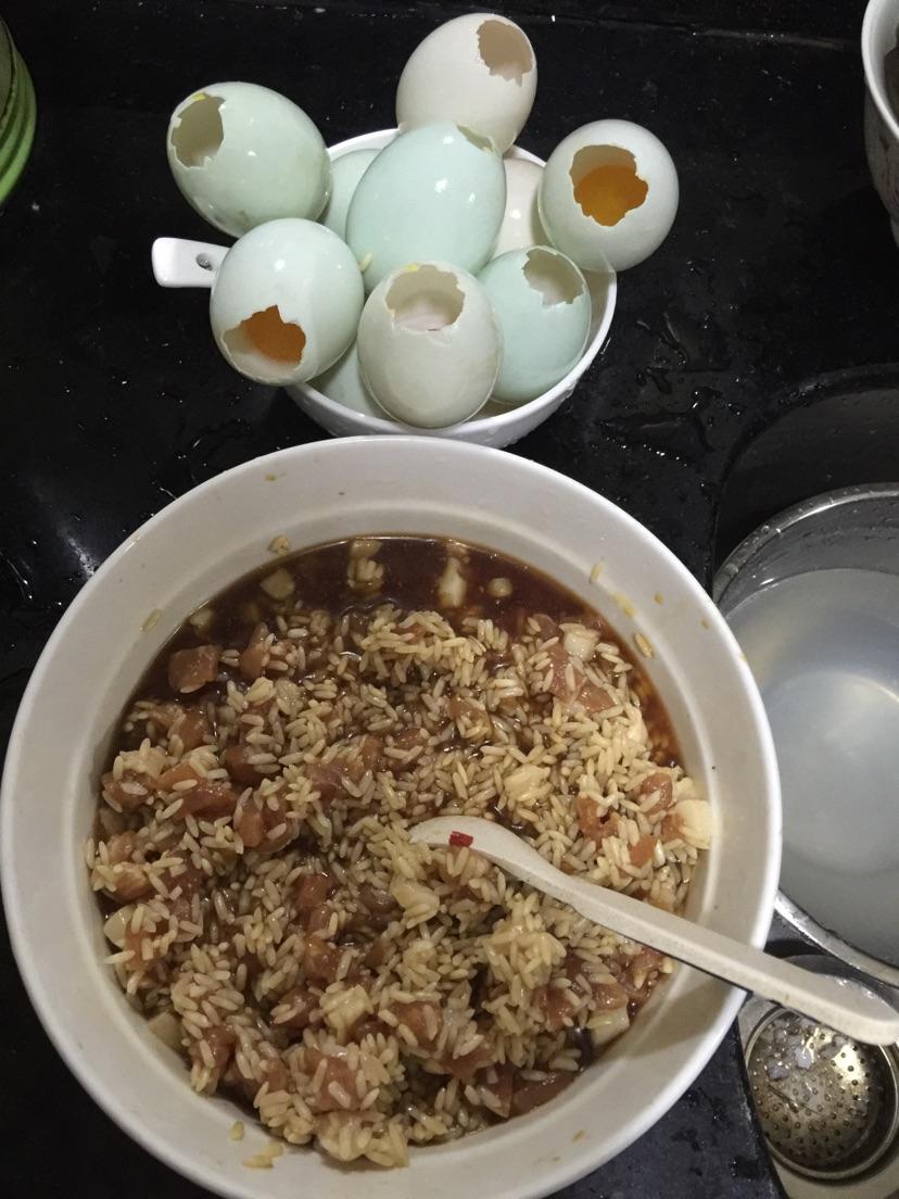 糯米酿咸鸭蛋的做法步骤 1. 生咸鸭蛋敲一个小洞,然后蛋清倒出来.