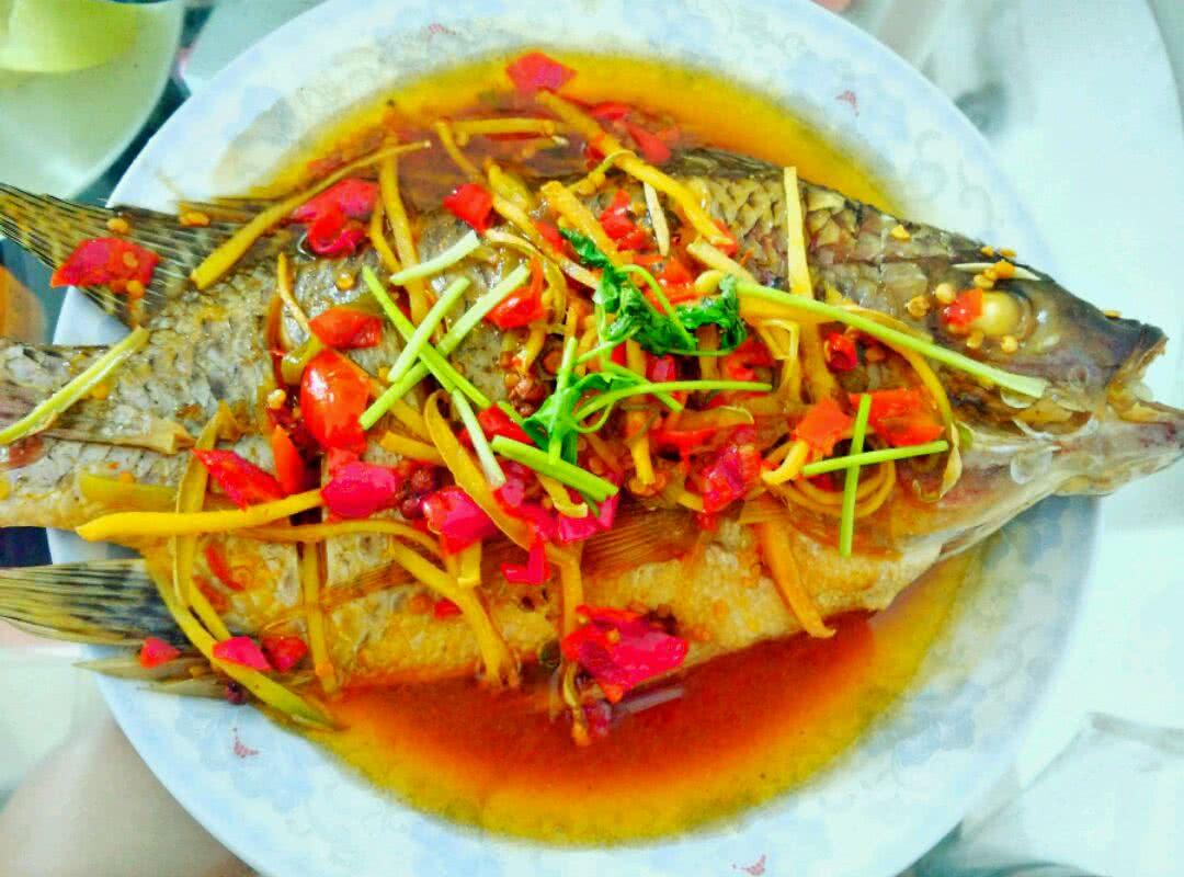 边看边做更方便 主料 鱼 花椒 八角 香叶 剁椒清蒸鱼的做法步骤