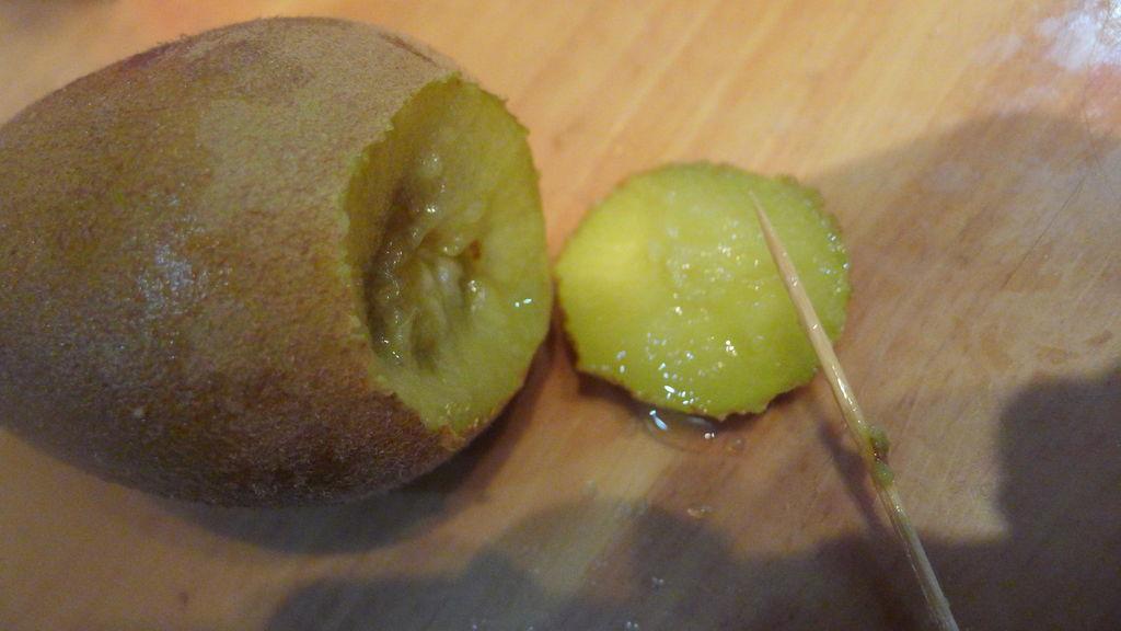 用一根牙签剥猕猴桃的做法步骤