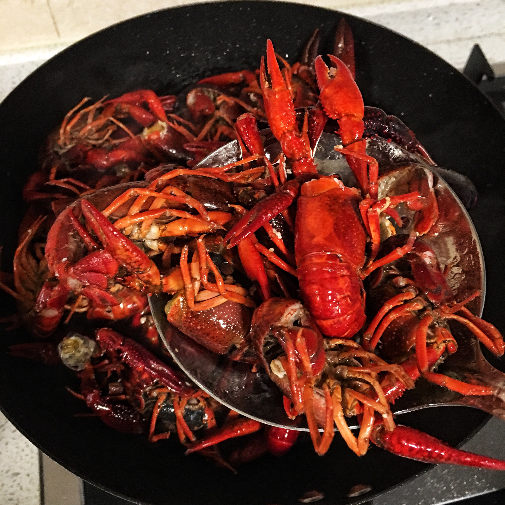 锅内倒油烧热后把清理干净的小龙虾过一下热油.