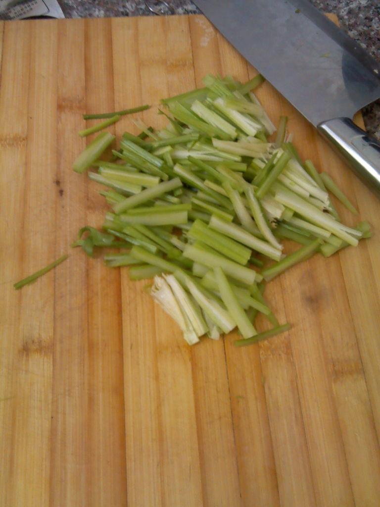芹菜炒粉的做法步骤