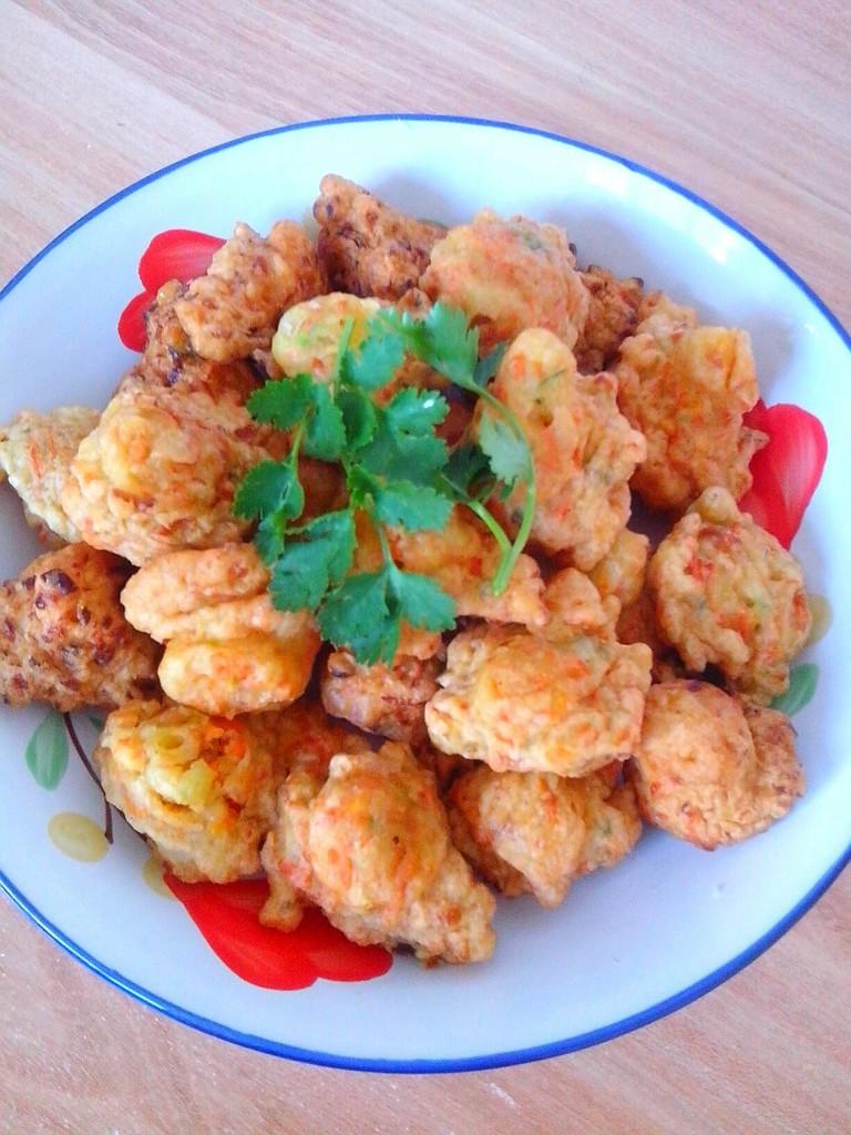 炒菜煲汤临锅时加入提鲜不口干 胡萝卜丸子的做法步骤 2.