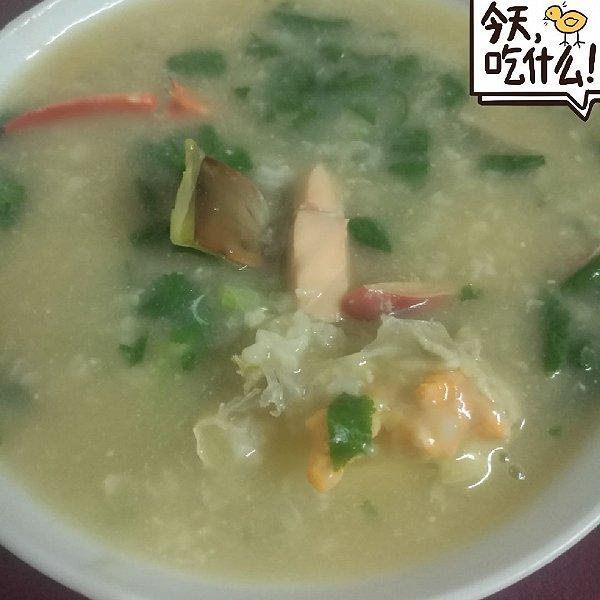 今天吃海鲜粥,海蟹一只,三文鱼,北极贝若干,香菜少许,姜丝少许