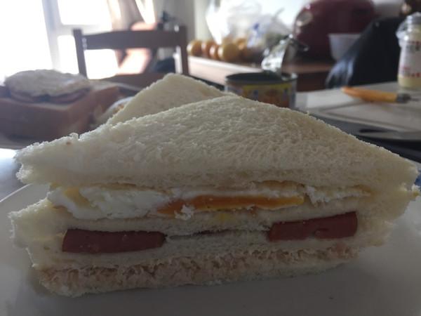 火腿鸡蛋金枪鱼三明治的做法