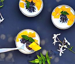 夏季不可错过的美味健康甜品--芒果鲜奶黑糯米的做法