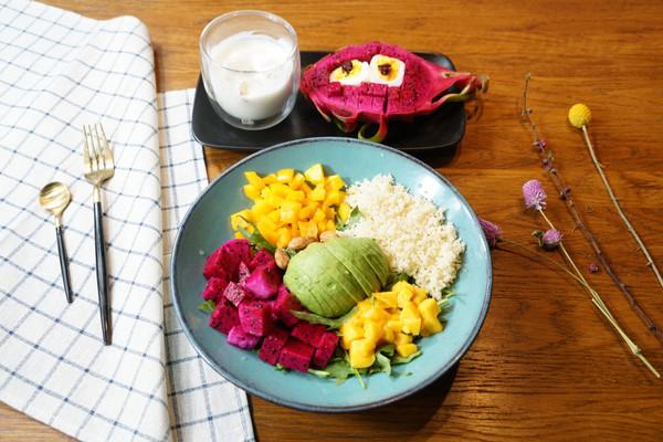 精致早餐:芝麻菜中东米芒果杏仁沙拉配香蕉酸奶