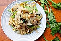 豆腐皮炒芹菜#洁柔食刻,纸为爱下厨#的做法