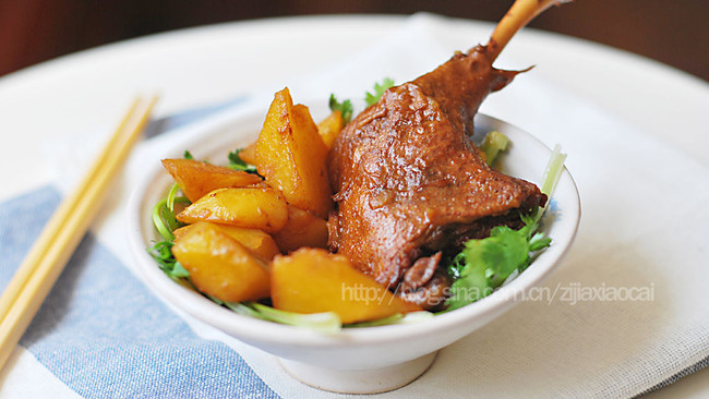 土豆焖鸭腿的做法
