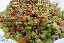 芹菜小米辣炒牛肉沫的做法
