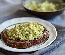 快手减脂早餐【牛油果鸡蛋沙拉】 #一起吃西餐#的做法