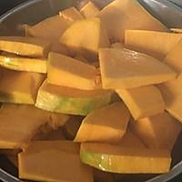 南瓜馒头--金灿灿的刀切馒头的做法图解1