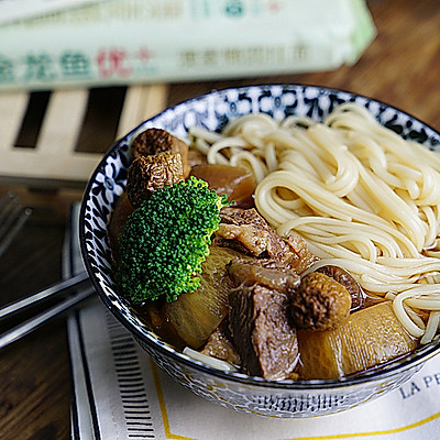萝卜菌菇牛肉汤面
