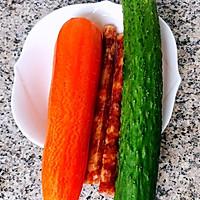 #元宵节美食大赏#黄瓜胡萝卜炒腊肠的做法图解1