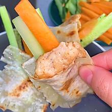 我家吃剩的馄饨皮从不浪费,煎一煎,加萝卜黄瓜鸡胸肉做成美味早