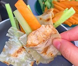 我家吃剩的馄饨皮从不浪费,煎一煎,加萝卜黄瓜鸡胸肉做成美味早的做法