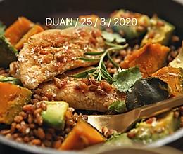 #换着花样吃早餐#减脂好味——牛油果南瓜烤鸡胸斯佩尔特沙拉的做法