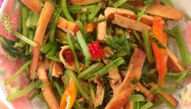 带青菜叶的芹菜豆干的做法
