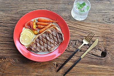 煎西式牛排配彩蔬--