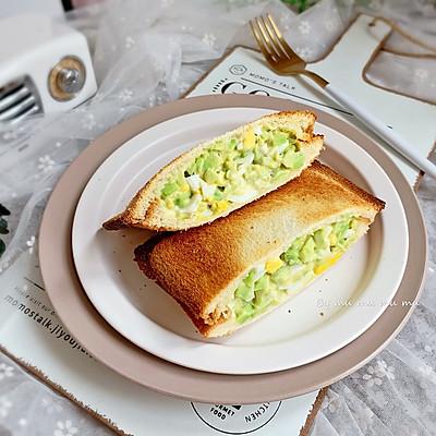 牛油果鸡蛋热压三明治
