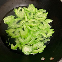 苦瓜炒鸡蛋#花10分钟,做一道菜!#的做法图解3