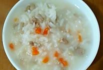 儿子的早餐(胡萝卜肉末粥+黄瓜培根卷+蒸鸡蛋糕+水果)的做法