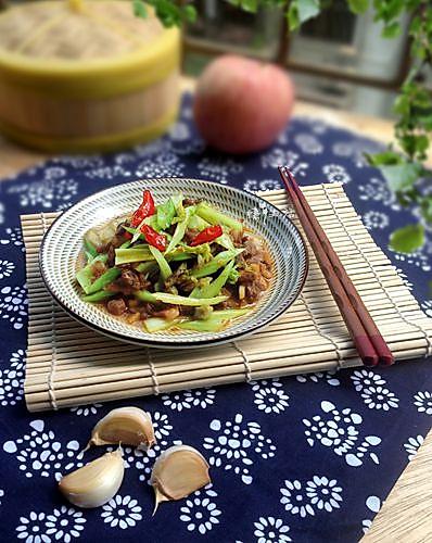 一道小炒菜--芹菜炒肉的做法