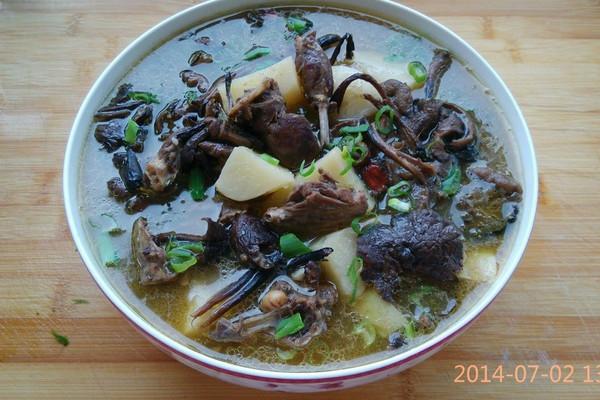 鸽子炖榛蘑土豆的做法