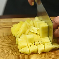 你能猜到,最正宗的咕咾肉,是用肉片裹成的肉球?——菠萝咕咾肉的做法图解2