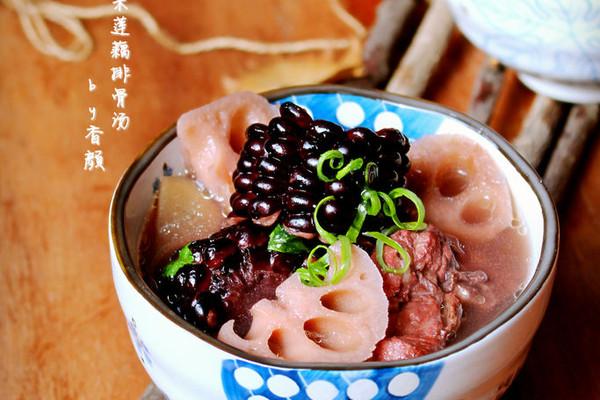 黑玉米莲藕排骨汤的做法