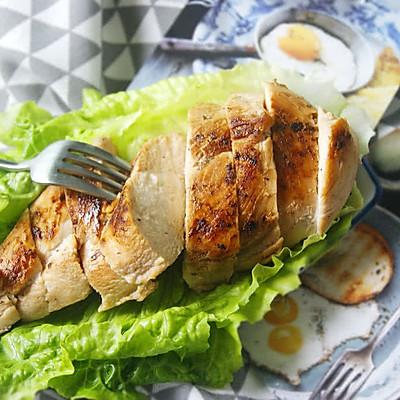 如何打造嫩滑多汁的皇家料理【香煎鸡胸肉】(减脂增肌)