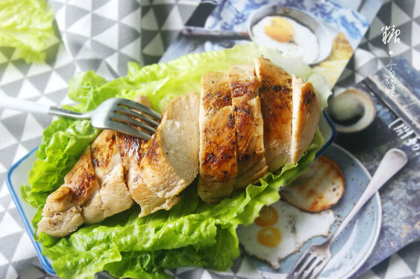 如何打造嫩滑多汁的皇家料理【香煎鸡胸肉】(减脂增肌)的做法